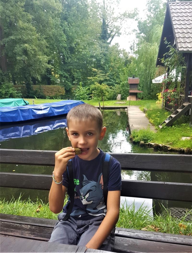 bambino mangia cetriolino