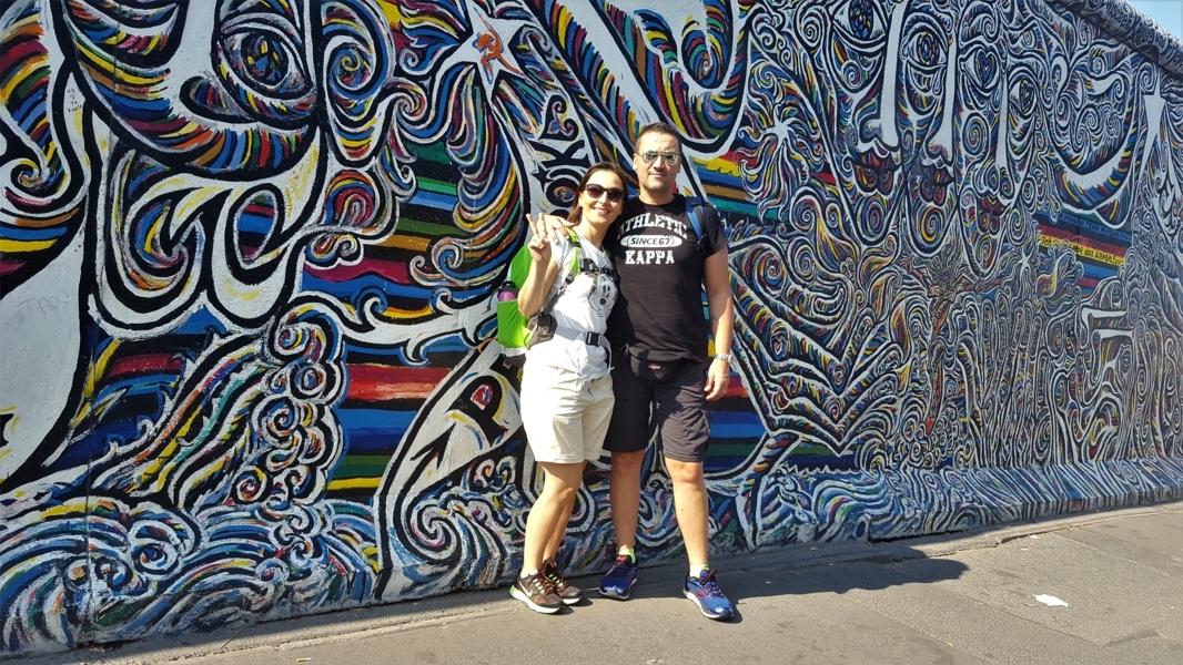 coppia davanti al muro